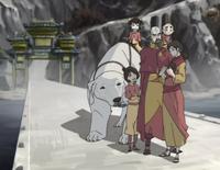 Embarcadero del Templo Aire de la Isla, Ikki, Jinora, Naga, Tenzin, Meelo, Pema, Rohan
