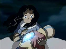 Katara probeert Aang tot leven te brengen