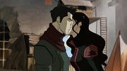Asami besando a Mako en la mejilla