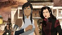 Korra y Asami enfrentándose a bandidos