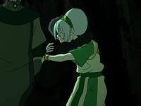 Suyin abraza a Toph