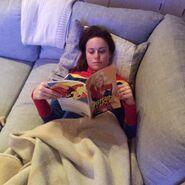 Brie Larson bereitet liest Comics
