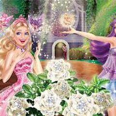 Des minis-fées offrent des collier à Keira et Tori près de la <a class=