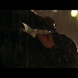 Batman pide ayuda a Alfred tras sufrir el envenenamiento.