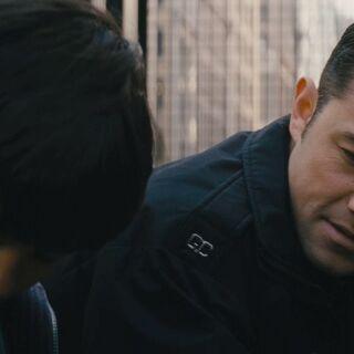Blake hablando con el hermano del joven que encontró muerto.