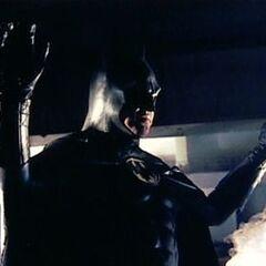 Batman arroja dos capsulas de humo contra los policías