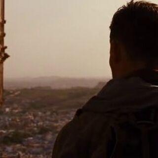 El mercenario observa a la hija del cacique.
