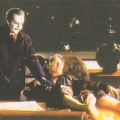 El Joker empuja el cuerpo sin vida de Carl Grissom de la silla