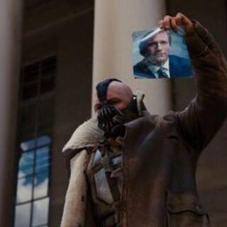 Bane desenmascara públicamente a Harvey Dent.