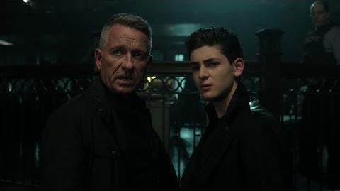 Alfred y Bruce sospechan del nuevo escuadrón.