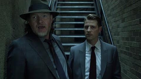 Harvey y James encuentran muerto a uno de los hombres del Pingüino