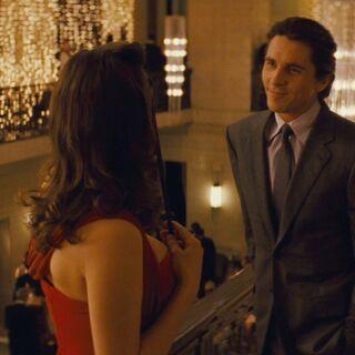 Bruce se encuentra con Miranda en la fiesta.