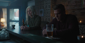 Titans - Dawn y Hank se reencuentran en el bar