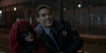 Batwoman - El oficial Bradley salva a Batwoman