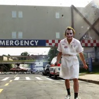 Joker hace volar el hospital por los aires.