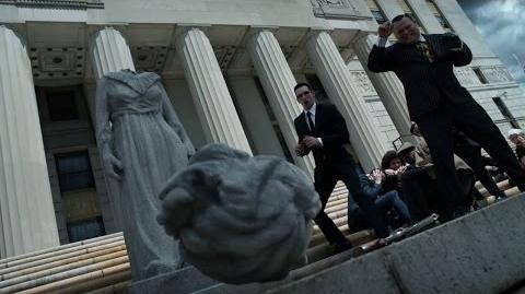 La estatua de la madre del Pingüino es decapitada.