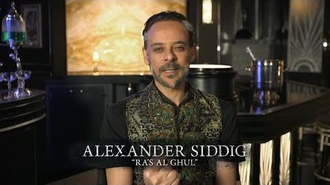 Ra's Al Ghul emerge desde la oscuridad.