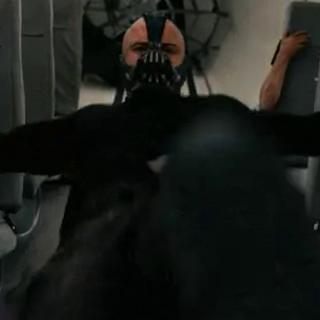 Bane ejecuta su plan dentro del avión.
