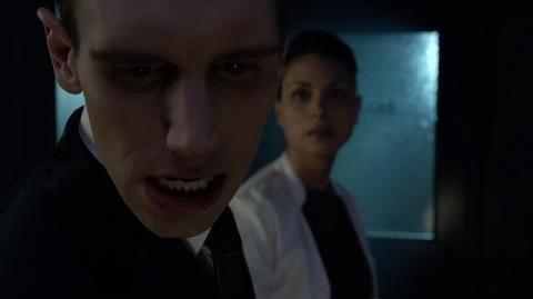 Leslie Thompkins golpea a Nygma en el rostro.