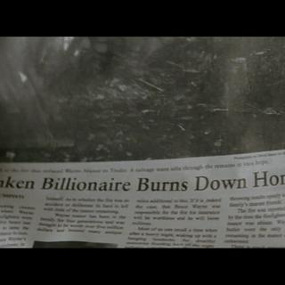 Bruce Wayne lee las noticias sobre su persona y Batman.
