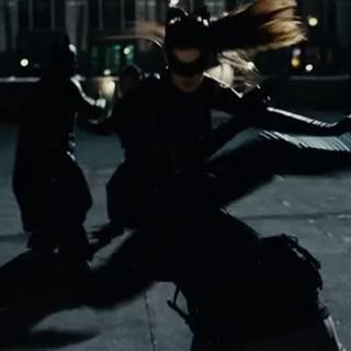 Batman y Selina peleando juntos.