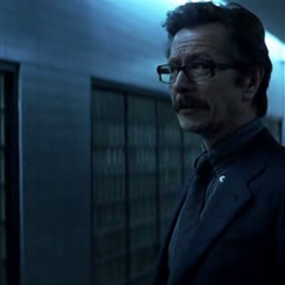 James Gordon se reúne con Batman para discutir su plan.