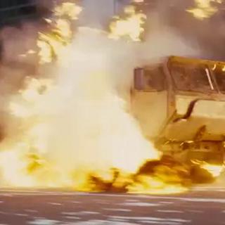 Batman dispara toda su artillería contra el camión.