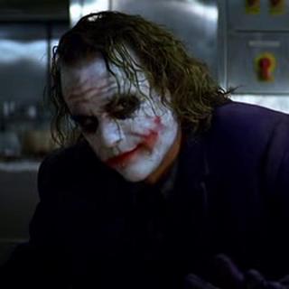 El Joker irrumpe en la reunión de los mafiosos.