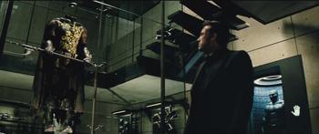Bruce observa el traje de Robin