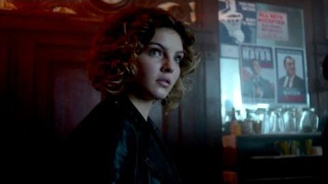Selina incita a una pelea en un bar.