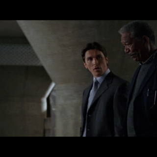 Lucius Fox le pone al corriente del material disponible.