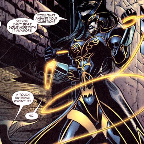 La Mujer Maravilla utilizando un traje inspirado en Batman.