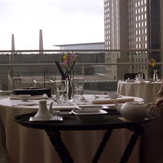 Lucius Fox se reúne con Lau en Hong Kong.