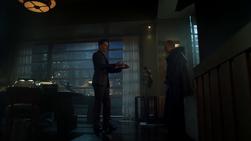 Theo le entrega el cuchillo al padre Creel
