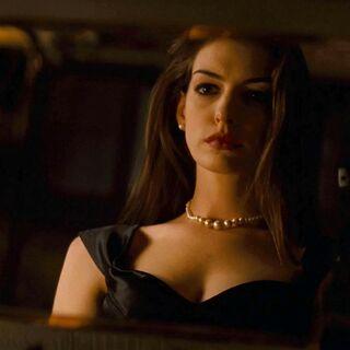 Selina se prueba las joyas de la madre de Bruce.