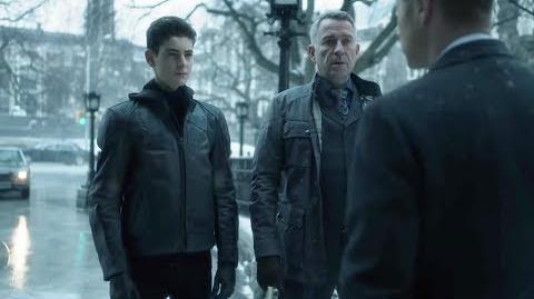 Gordon reprende a Bruce y Alfred