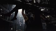 Bane a punto de romperle la espalda a Batman.