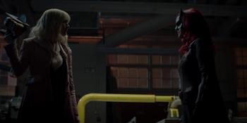 Batwoman - Alice obliga a Batwoman a quitarse la mascara