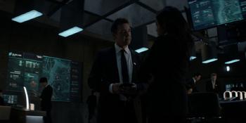 Batwoman - Jacob le ordena a Sophie acudir a la fiesta