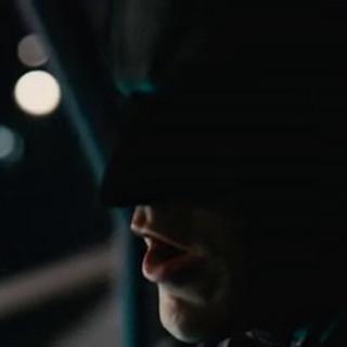 Batman montado en El Murciélago.