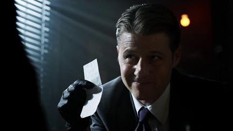 Gordon y Harvey examinan a la víctima.