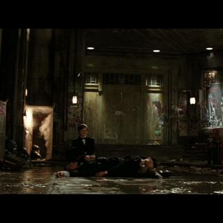 Bruce junto a sus padres muertos.