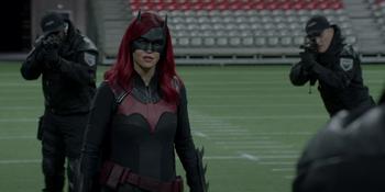 Batwoman - Batwoman es traicionada por su padre