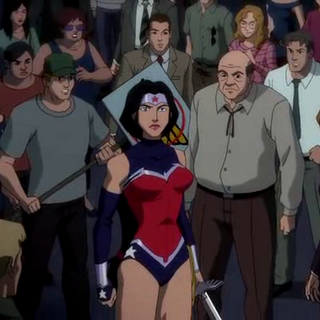 Wonder Woman rodeada de manifestantes.