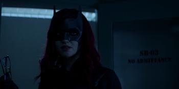 Batwoman - Batwoman intercambia los lentes por los rehenes