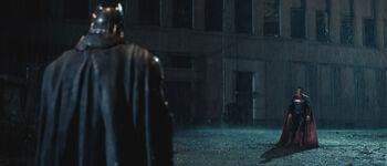 El caballero oscuro contra el hombre de acero