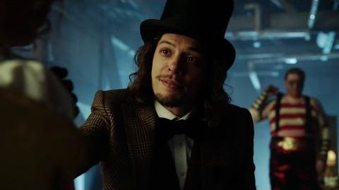 El Sombrerero Loco es interpretado por Benedict Samuel.