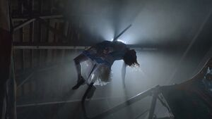 Alice muere empalada