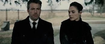 Bruce le pide a Diana su ayuda