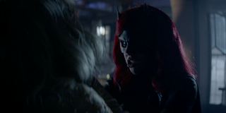 Batwoman - Batwoman estrangula a su herman